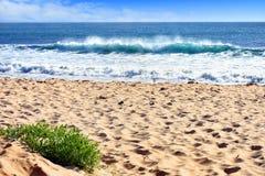 与碎波的海滩场面 库存图片