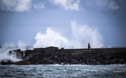 与碎波的石防堤 免版税库存图片