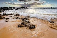与碎波的Makena海滩 库存图片