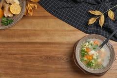 与碗的平的被放置的构成新鲜的自创汤 免版税库存照片
