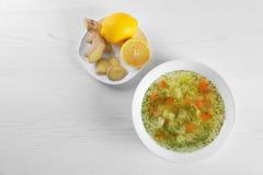 与碗的平的被放置的构成新鲜的自创汤 免版税库存图片