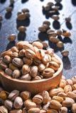与碗的构成在木桌上的开心果 纤巧 库存图片