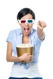 与碗的观众的观看的3D电影玉米花 库存照片