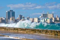 与碰撞在Malecon防波堤的波浪的哈瓦那地平线 库存图片