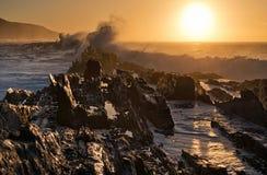 与碰撞的接合的海岸在风暴` s河,南非挥动 库存图片