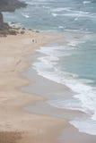 与碰撞的沙滩从上面挥动 免版税库存照片