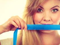 与磁带的有吸引力的白肤金发的妇女覆盖物嘴 库存照片