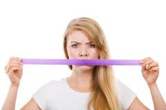 与磁带的有吸引力的白肤金发的妇女覆盖物嘴 免版税库存图片