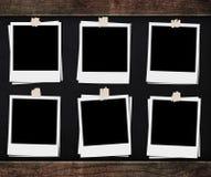 与磁带的空白的照片框架,在与木制框架的黑板背景 免版税库存照片