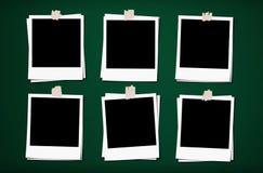 与磁带的空白的照片框架,在绿色委员会背景 库存照片