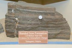 与磁性的被结合的铁形成岩石 库存图片