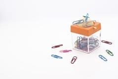 与磁铁的五颜六色的塑料盖料纸夹子 库存照片