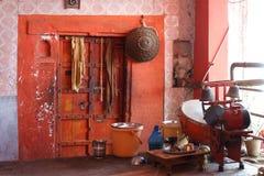 与磁鼓机的橙色印度寺庙门 库存图片