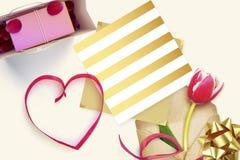 与礼品券和华伦泰心脏的框架 免版税图库摄影