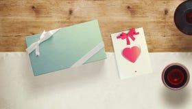 与礼品券和华伦泰心脏的框架 库存照片