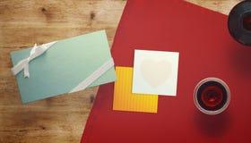 与礼品券和华伦泰心脏的框架 免版税库存图片