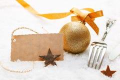 与礼品标签的欢乐餐位餐具 免版税库存图片