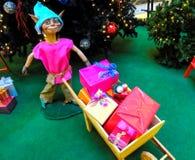 与礼品的圣诞节矮子 库存图片