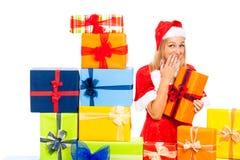 与礼品的逗人喜爱的滑稽的女性圣诞节圣诞老人 免版税库存照片