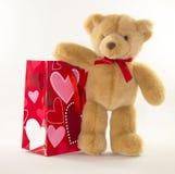 与礼品袋子的华伦泰熊 免版税图库摄影