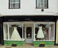 与礼服的新娘商店窗口在展示 库存照片