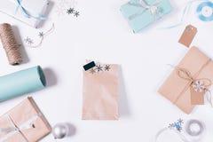 与礼物、圣诞节装饰、雪花和箱子的包裹 免版税库存图片