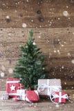 与礼物、垂直的图象和雪花的圣诞树 库存照片
