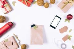 与礼物、手机和圣诞节装饰的包裹 免版税库存图片
