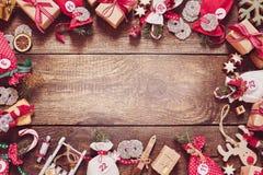 与礼物、糖果和工艺品的圣诞节框架 免版税库存照片