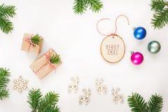 与礼物、装饰品和自然杉木枝杈的圣诞节安排 库存照片
