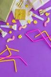 与礼物、贺卡和党的生日概念在紫罗兰色背景顶视图copyspace吹口哨 库存照片