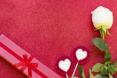 与礼物和一朵白色玫瑰的华伦泰的概念 免版税库存照片