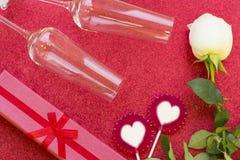 与礼物和一朵白色玫瑰的华伦泰的概念 免版税库存图片