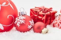 与礼物和中看不中用的物品的圣诞节背景 库存图片