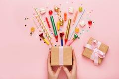 与礼物和五彩纸屑的生日聚会背景 免版税库存照片