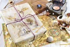 与礼物和手拉的海盗地图的静物画 图库摄影