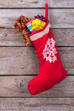 与礼物和玩具熊的红色圣诞节起动 库存图片