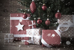 与礼物和球,雪花的怀乡圣诞树 库存照片