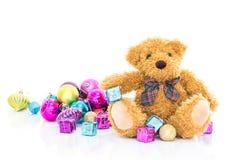 与礼物和装饰品圣诞节的玩具熊 免版税库存图片