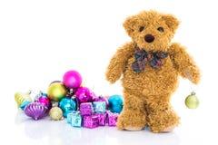 与礼物和装饰品圣诞节的玩具熊 库存图片