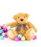 与礼物和装饰品圣诞节的玩具熊 图库摄影
