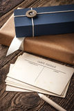 与礼物和铅笔垂直的明信片 免版税库存照片