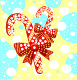 与礼物弓的棒棒糖 美丽的镶边焦糖糖果与 免版税图库摄影