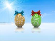 与礼物弓3d的两个复活节彩蛋回报 库存照片