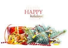 与礼物的圣诞树分支在红色箱子 库存照片