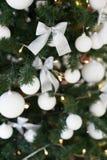 与礼物的圣诞树,诗歌选点燃新年明信片 库存图片