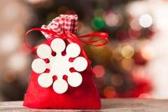 与礼物的圣诞老人袋子在背景bokeh 免版税图库摄影
