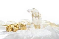与礼物的圣诞节圣诞老人在一白色backgr的金子颜色 免版税库存图片