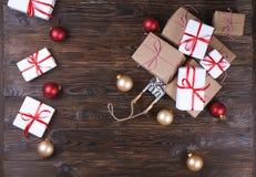 与礼物的圣诞节构成在木背景 平的位置,顶视图,文本空间 免版税图库摄影