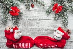 与礼物的圣诞节袜子 圣诞节垂悬在灰色土气木背景的装饰长袜和玩具 免版税库存图片